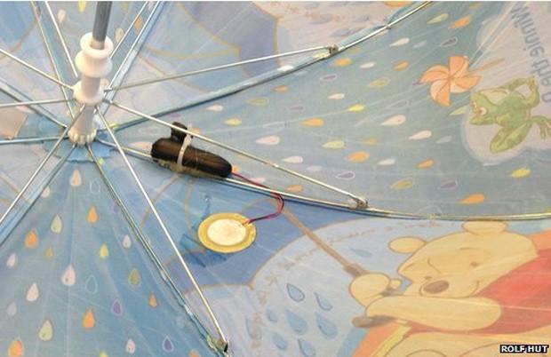 Um sensor acoplado à cobertura do guarda-chuva detecta a chuva e envia os dados por redes sem fio (Foto: Rolf Hut/BBC)