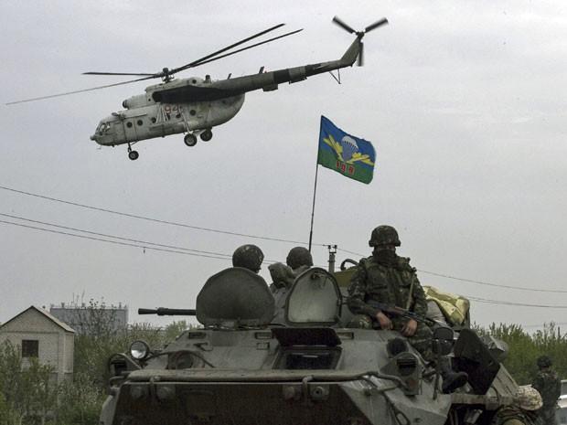 Helicóptero militar ucraniano voa perto de um posto de controle da Ucrânia, perto da cidade de Slaviansk (Foto: Baz Ratner/ Reuters)
