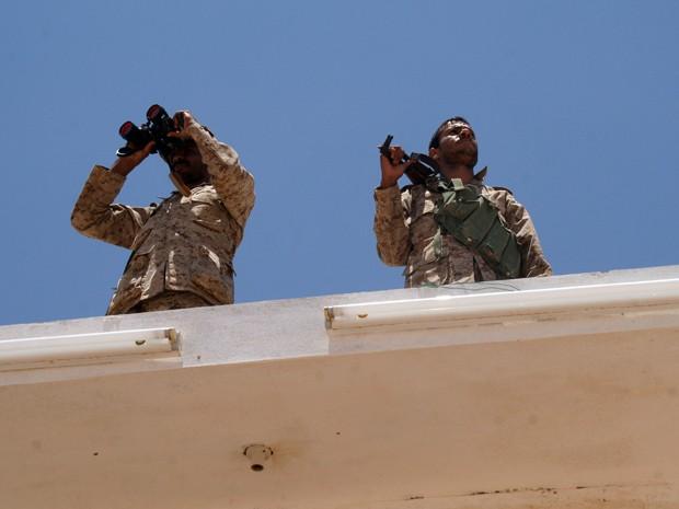 Tropas do Iêmen vigiam os arredores da base de Raida, na província de Shabwa (Foto: AFP Photo/STR)