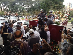 Corpo de Jair Rodrigues chega a cemitério em São Paulo. (Foto: Cauê Muraro/G1)