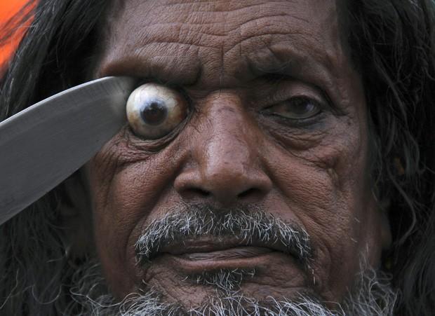 Mostrando 'nervos de aço' e sem esboçar reação de dor, homem fez olho saltar durante evento religioso em Ajmer, na Índia (Foto: Himanshu Sharma/Reuters)