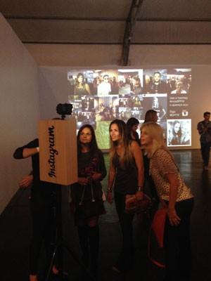 Mulheres posam no São Paulo Fashion Week em frente ao 'Instastop', máquina utilizada para captar selfies e postar no Instagram. (Foto: Divulgação/Facebook)