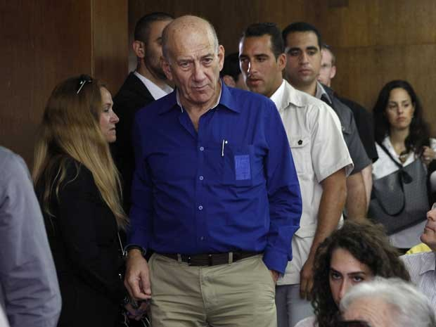 Ex-primeiro-ministro de Israel, Ehud Olmert, no Tribunal Distrital de Tel Aviv. (Foto: Finbarr O'Reilly / Pool / AP Photo)