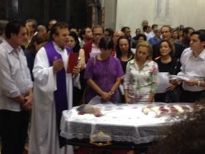 Parentes, amigos e fãs rezam durante velório de Jair Rodrigues (Foto: G1)