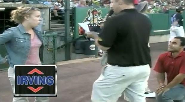 Mulher diz 'não' a pedido de casamento feito pelo namorado durante jogo de beisebol nos EUA (Foto: Reprodução/YouTube/Jeff Kellog)