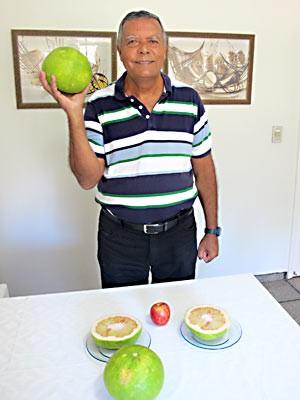Aposentado de Brasília mostra laranjas colhidas na chácara dele (Foto: Lucas Salomão/G1)