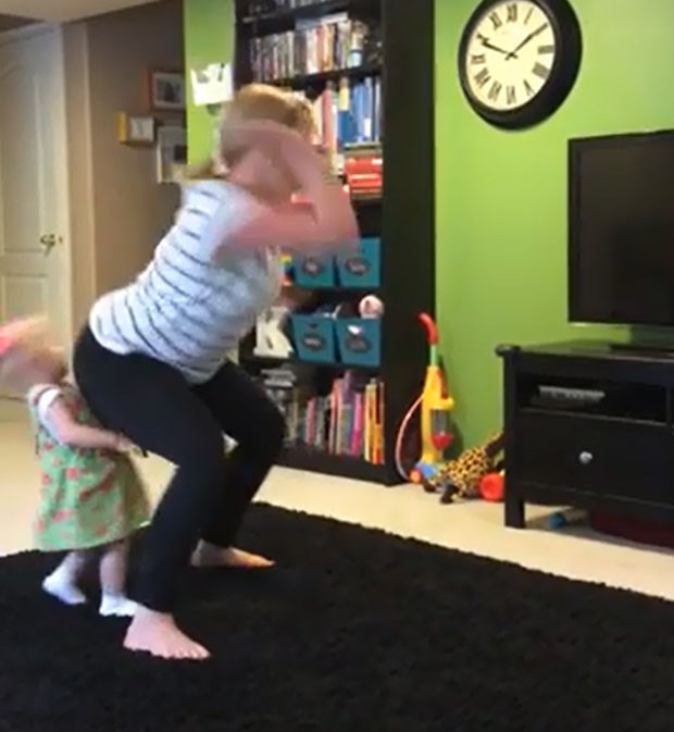 Mulher atingiu rosto de criança com as nádegas ao dançar na sala de sua casa (Foto: Reprodução/YouTube/Summer Knowlden)
