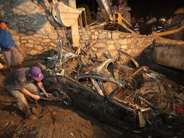 Homens procuram por corpos após desabamento em Huehuetlan El Grande, no México (Foto: AFP PHOTO/Jose Castanares)