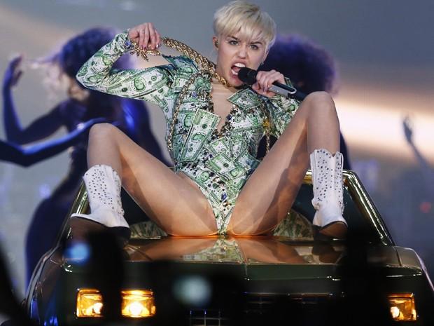 Miley Cyrus volta a cantar após internação, em show na O2 Arena, em Londres (Foto: Reuters/Olivia Harris)