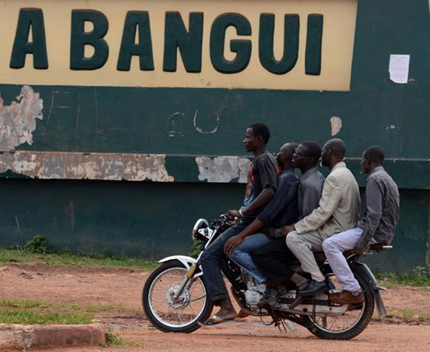 Mototáxi 'superlotado' é flagrado com motorista e quatro passageiros (Foto: Issouf Sanogo/AFP)