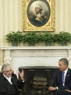 Obama e Mujica conversam com a imprensa antes de reunião na Sala Oval da Casa Branca (Foto: BRENDAN SMIALOWSKI/AFP)