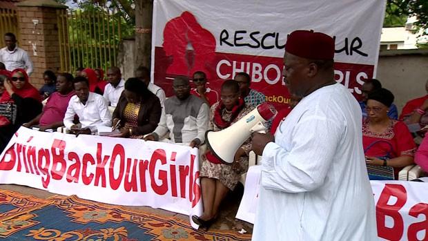 Protestos pedem libertação de meninas sequestradas por Boko Haram na Nigéria (Foto: BBC)