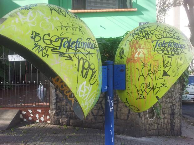 Orelhão depredado e sem linha em bairro nobre de SP (Foto: Thiago Reis/G1)