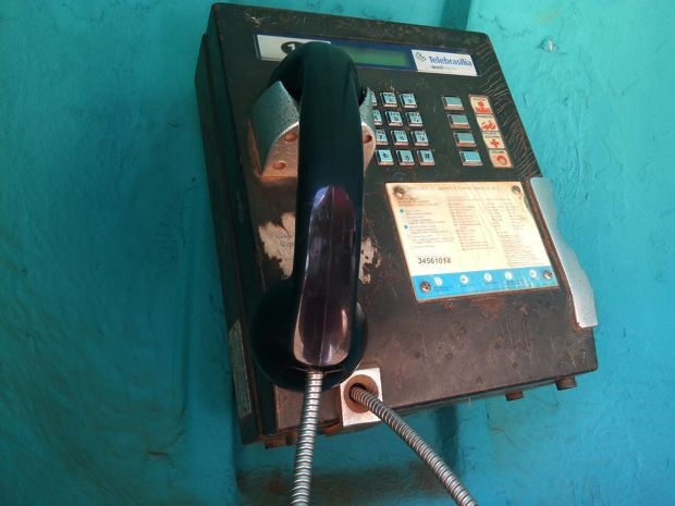 Orelhão sem manutenção em Taguatinga, no Distrito Federal (Foto: Lucas Nanini/G1)