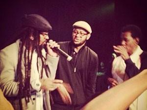 A partir da esq.: Rael, Emicida e Jair Rodrigues dividem o palco em show (Foto: Reprodução/Facebook/Emicida)