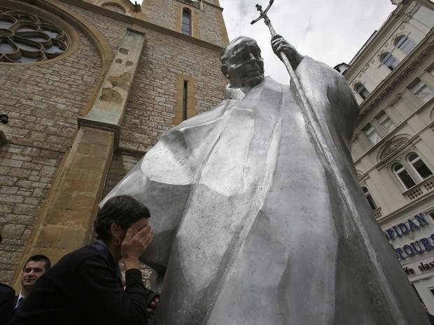 Estátua de João Paulo II tem três metros de altura e fica em frente a catedral de Sarajevo (Foto: Amel Emric/AP)