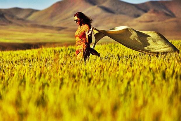 Foto publicada em página no Facebook mostra mulher iraniana com os cabelos expostos, o que é proibido no país. 'Após ficar alguns anos longe de meu país, eu pisei em suas vastas planícies novamente, esperando pelo dia em que todas as mulheres de meu país possam sentir a liberdade com seus corpos e suas almas', diz a descrição da imagem (Foto: Reprodução/Facebook/Stealthy Freedoms of Iranian women)
