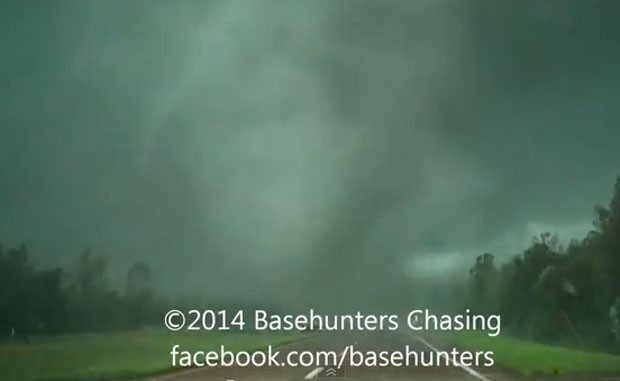 Vídeo publicado no YouTube mostra de perto passagem de tornado pelo Mississipi, nos EUA (Foto: Reprodução/YouTube/BasehuntersChasing)