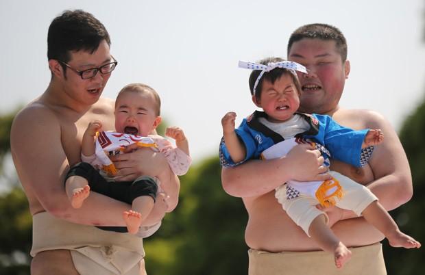 Bebês choram no colo de lutatores de sumô em Tóquio, no Japão (Foto: Eugene Hoshiko/AP)