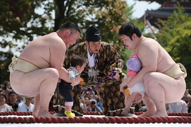 Casal de bebês se prepara para Concurso de Bebês Chorões em Tóquio, no Japão (Foto: Eugene Hoshiko/AP)