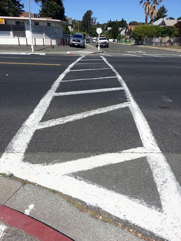 Anthony Cardenas pintou uma falsa faixa de pedestres no cruzamento entre duas ruas em Vallejo (Foto: Vallejo Police Department/Vallejo Times-Herald/AP)