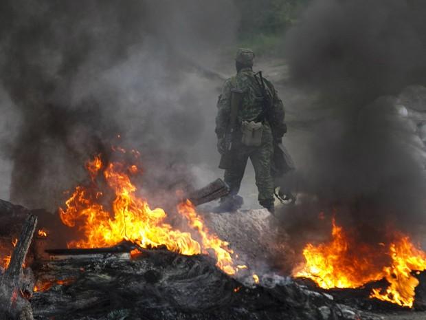 Separatista pró-Rússia faz guarda armada em barricada na cidade de Slaviansk, no sudeste da Ucrânia (Foto: Baz Ratner/Reuters)