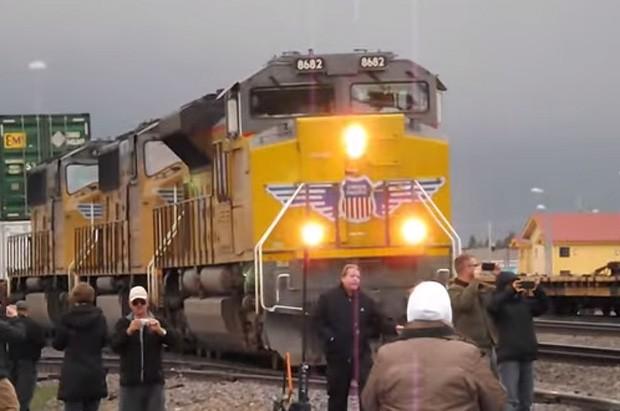 Dupla de desatentos quase se envolveu em 'atropelamento mais lento do mundo' durante evento de locomotivas nos EUA (Foto: Reprodução/YouTube/Leif Leppala)