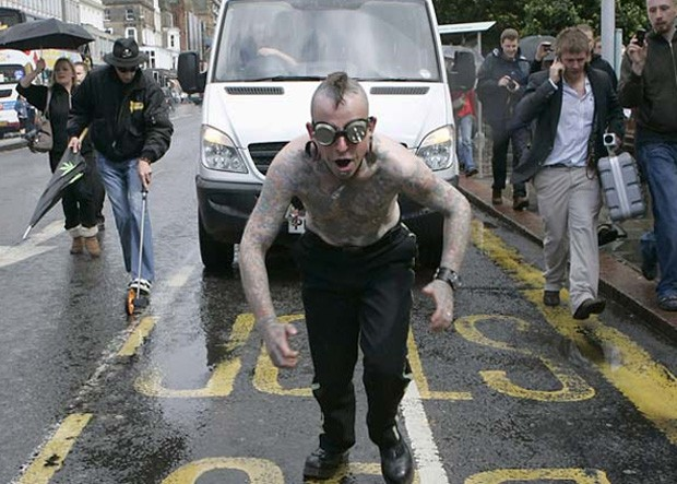 Hannibal Helmurto puxa uma van com ganchos presos às suas costas em Edimburgo, na Escócia (Foto: David Moir/Reuters)