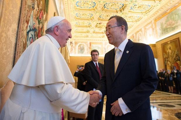 O Papa Francisco cumprimenta o secretário-geral da ONU, Ban Ki-Moon, durante encontro no Vaticano (Foto: L'Osservatore Romano/AP)