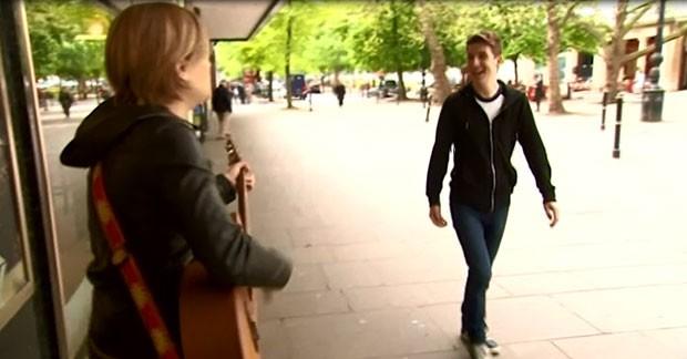 O britânico Luke Cameron, de 26 anos, fez uma promessa de Ano Novo no fim de 2013: realizar um ato de bondade por dia até o fim do ano (Foto: bbc)