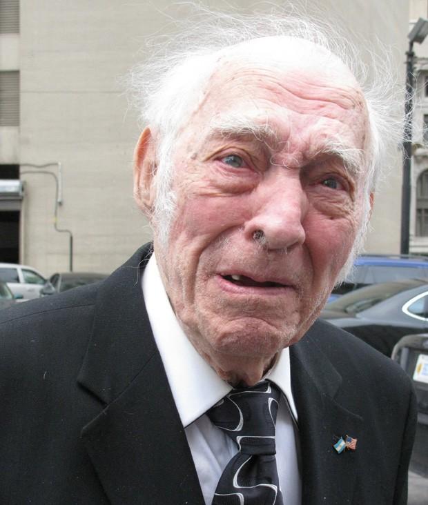 Leo Sharp é fotografado a caminho de sua audência em 7/5 em Detroit, nos EUA, no dia de seu aniversário. Idoso foi condenado a 3 anos de prisão por transportar mais de 635 kg de cocaína em 2011 (Foto: Ed White/AP)