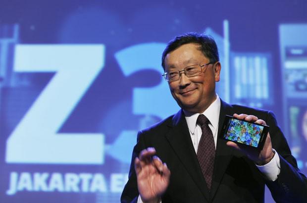 John Chen, presidente-executivo da BlackBerry, apresenta o novo smartphone da companhia, o Z3. (Foto: Beawiharta/Reuters)